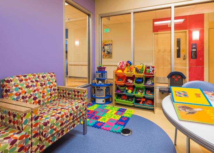 محیط های درمانی را با روحیه کودکان سازگار کنید | محیط های درمانی | مطالعات معماران، پزشکان، پرستاران و روانشناسان حاکی از آن است که محیط های درمانی بر روند درمان و بهبود بیماران تاثیر زیادی دارند. این مساله هنگامی اهمیت بیشتری پیدا میکند که مخاطب مراکز درمانی کودکان باشند. محیط های درمانی کودکان یکی از موضوعات اصلی و حساس در حوزه درمان است مخصوصا کودکانی که دوره درمان طولانی دارند و مجبورند مدت زمان زیادی را در بیمارستان بگذرانند.