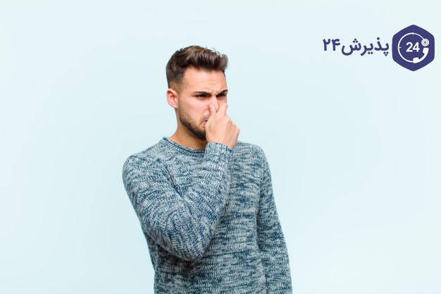 بوی بد دهان | دلایل، راه های درمان | بعد از اینکه علت بوی بد دهان را متوجه شدید نوبت به درمان بوی نامطبوع دهان می رسد. با توجه به علت بوی بد دهان است که درمان آن تجویز می شود. در برخی موارد درمان این مشکل در خانه و توسط خود شخص قابل انجام است. به عنوان مثال زمانی که بوی نامطبوع دهان به دلیل رعایت نکردن بهداشت دهان و دندان باشد درمان آن بسیار ساده است. برای درمان بوی نامطبوع دهان ناشی از عدم رعایت بهداشت فردی دهان و دندان تنها کافی است: