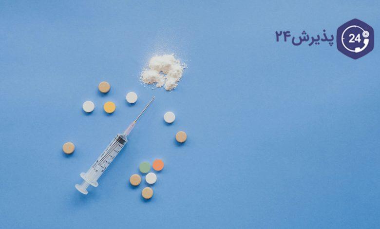 اعتیاد چیست؟ علائم و راههای درمان اعتیاد | معمولا افراد در جمع دوستان و یا افرادی قرار گرفته و با مواد مخدر آشنا شده و توسط آنها تشویق به مصرف مواد مخدر میشوند. مصرف مواد مخدر در هر فردی متفاوت بوده و بستگی به وضعیت جسمی و یا روحی افراد دارد. ممکن است، فردی به صورت تفننی به مصرف مواد مخدر بپردازد و همین روش را نیز ادامه دهد. اما برخی افراد نیز هستند که بعد از استفاده مواد مخدر، مواد بیشتری مصرف کرده و به مرور زمان، زمان مصرف مواد کوتاهتر شده و معتاد میشوند.